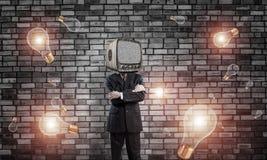 Geschäftsmann mit altem Fernsehen anstelle des Kopfes Lizenzfreies Stockbild