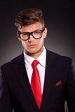 Geschäftsmann mit angehobener Augenbraue Lizenzfreies Stockfoto