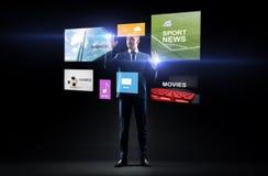 Geschäftsmann mit Anwendungen auf virtuellem Schirm lizenzfreie stockbilder