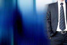 Geschäftsmann mit Anzug u. Bindung auf dunkelblauem abstraktem Hintergrund Lizenzfreies Stockfoto