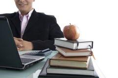 Geschäftsmann mit Apfel und Büchern lizenzfreies stockfoto