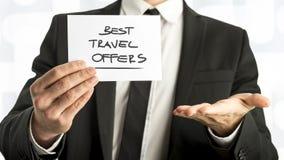 Geschäftsmann mit bester Reise bietet Texte auf Papier an Lizenzfreie Stockfotografie