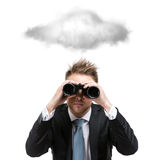 Geschäftsmann mit binokularen Ständen unter Wolke stockfotografie