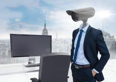 Geschäftsmann mit CCTV-Kopf im Büro über Stadtskylinen Lizenzfreies Stockbild