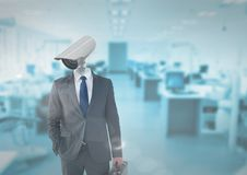 Geschäftsmann mit CCTV-Kopf im Büro Lizenzfreies Stockbild