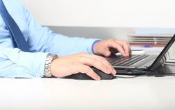 Geschäftsmann mit Computertastatur stockfoto