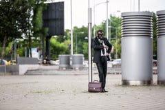 Geschäftsmann mit dem Aktenkoffer, der eine Gasmaske im Freien trägt lizenzfreie stockbilder