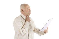 Geschäftsmann mit dem Dokument in einer Hand Lizenzfreie Stockfotografie