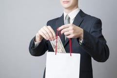 Geschäftsmann mit dem Paket voll vom Geld in den Händen von lizenzfreie stockbilder