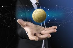 Geschäftsmann mit dem schwarzen Anzug, der an Hand bitcoin hält Lizenzfreies Stockfoto