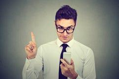 Geschäftsmann mit dem Smartphonedarstellen keinem, Aufmerksamkeit mit Fingerhandzeichen Blockieren des gefährlichen erwachsenen I Lizenzfreie Stockfotografie