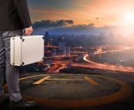 Geschäftsmann mit dem starken Metall-breifcase, das auf Hubschrauber steht Lizenzfreie Stockbilder