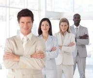 Geschäftsmann mit den Armen faltete sich mit Geschäfts-Team Lizenzfreie Stockbilder