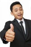 Geschäftsmann mit den Daumen oben, fokussieren an Hand Stockfoto