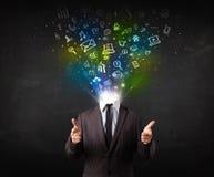 Geschäftsmann mit den glühenden Medienikonen, die Kopf explodieren Stockfoto