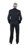 Geschäftsmann mit den Händen in der Tasche von hinten Lizenzfreies Stockfoto