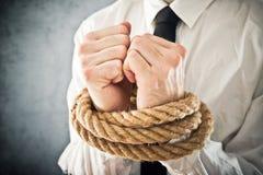 Geschäftsmann mit den Händen gebunden in den Seilen Lizenzfreie Stockfotografie