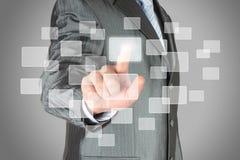 Geschäftsmann mit der Hand unter Verwendung des virtuellen inteface Stockfotografie