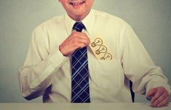 Geschäftsmann mit der Idee, die Karte mit Hand gezeichneter Glühlampe von der Hemdtasche zurücknimmt Lizenzfreie Stockbilder