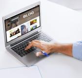 Geschäftsmann mit der Laptop-Computer, die im Büro arbeitet Stockfotos