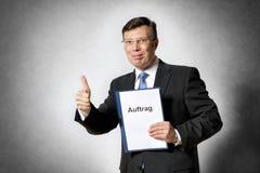 Geschäftsmann mit deutschem Vertrag Lizenzfreie Stockbilder