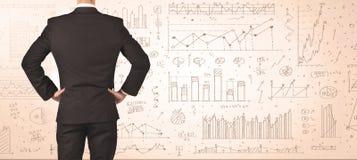 Geschäftsmann mit Diagrammen und Diagrammen Stockfotografie