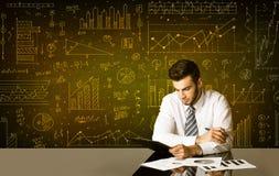 Geschäftsmann mit Diagrammhintergrund Lizenzfreie Stockfotos