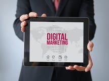 Geschäftsmann mit digitalem Marketing auf einer Tablette stockfotografie