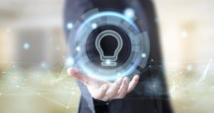 Geschäftsmann mit digitaler Glühlampenikone stockbilder