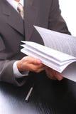 Geschäftsmann mit Dokumenten Lizenzfreie Stockfotos