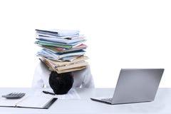 Geschäftsmann mit Dokumenten auf seinem Kopf lokalisiert Stockbild