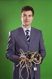 Geschäftsmann mit Drähten in seinen Händen Lizenzfreie Stockfotos