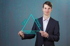 Geschäftsmann mit Dreieck in seinen Händen Vektor Abbildung