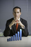 Geschäftsmann mit einem Diagramm des Wachstums 3D Lizenzfreies Stockbild