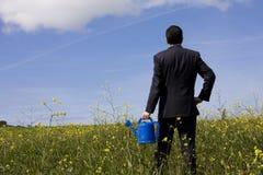Geschäftsmann mit einem Flowerpot lizenzfreie stockbilder