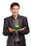 Geschäftsmann mit einem Geschenk Stockfotografie