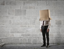 Geschäftsmann mit einem Kasten auf seinem Kopf Lizenzfreie Stockfotografie