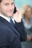 Geschäftsmann mit einem Mobiltelefon Lizenzfreies Stockbild