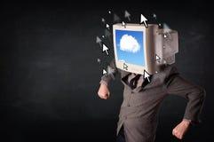 Geschäftsmann mit einem Monitor auf seinem Kopf, Wolkensystem und pointe Stockfotos