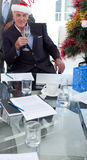 Geschäftsmann mit einem Neuheit Weihnachtshut lizenzfreies stockfoto