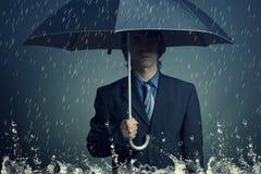 Geschäftsmann mit einem Regenschirm Lizenzfreie Stockfotografie