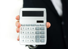 Geschäftsmann mit einem Taschenrechner in seiner Hand Stockbild
