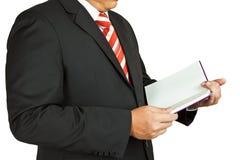 Geschäftsmann mit einem unbelegten Buch stockfotografie