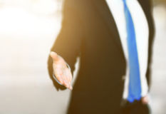 Geschäftsmann mit einer geöffneten Hand betriebsbereit, ein Abkommen zu versiegeln stockfotografie