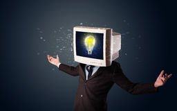 Geschäftsmann mit einer Glühlampe des PC-Monitorkopfes und -idee im d Stockfotografie