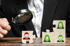 Geschäftsmann mit einer Lupe überprüft Puzzlespiel mit einer inkompetenten und giftigen Arbeitskraft Das Konzept der Organisation stockbild