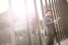 Geschäftsmann mit einer Tablette lizenzfreie stockfotos