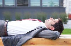 Geschäftsmann mit entspannender Außenseite des schwarzen Haares Lizenzfreie Stockbilder