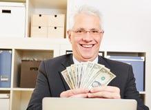 Geschäftsmann mit Fan des Dollars Stockbild
