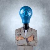 Geschäftsmann mit Gehirn des Leuchtenkopfs 3d Metall Stockfoto